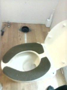 トイレの便器をずらす