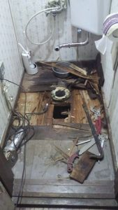 トイレの床をはがず