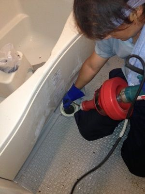 ワイヤーによる風呂つまりの修理
