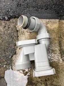 排水口を分解して掃除する作業