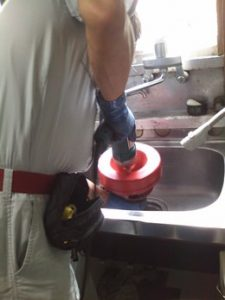 流しの排水口からワイヤーを挿入して修理